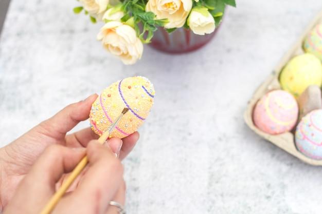 Die idee, eier für osternahaufnahme zu färben.