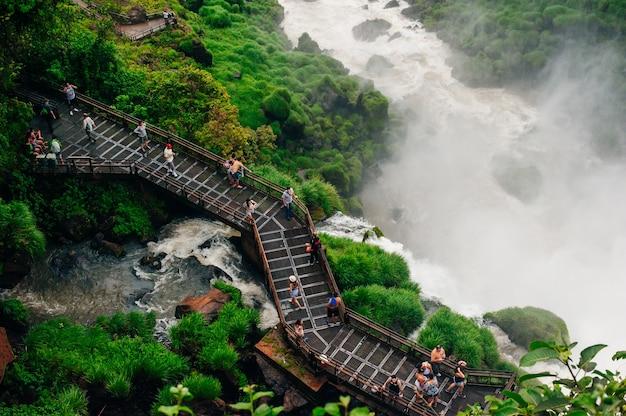 Die iguazu-wasserfälle zeigen die größte reihe von wasserfällen der welt