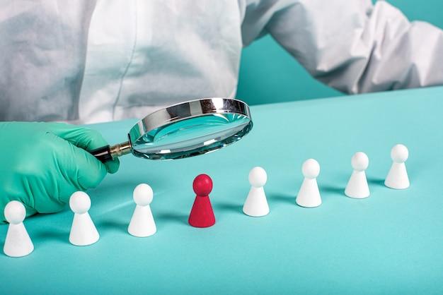 Die infizierte person des coronavirus covid-19 wurde mit einer lupe gefunden