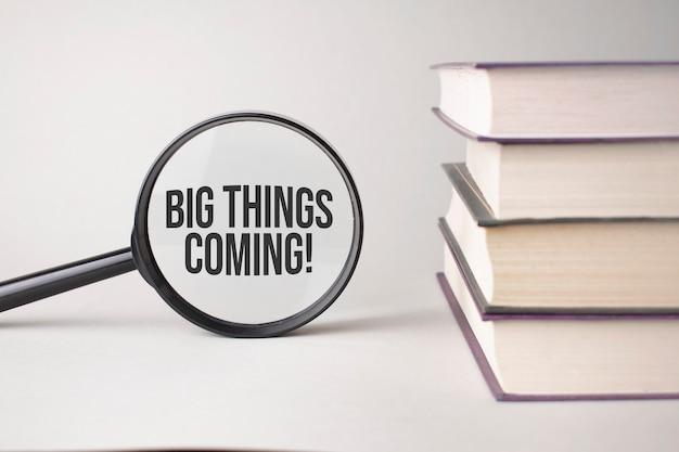 Die inschrift big things coming steht geschrieben und die bücher. content lettering ist für geschäftliche inhalte und marketing unerlässlich.