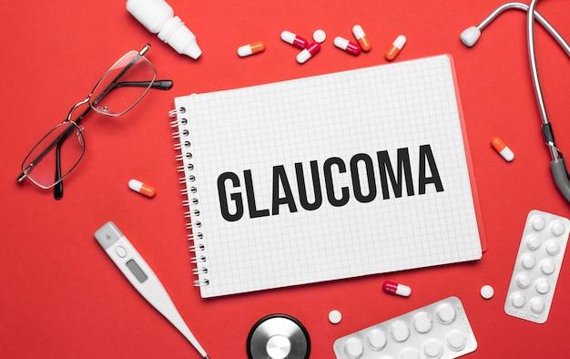 Die inschrift glaucoma auf einem notizbuch zu einem medizinischen thema. arztarbeitsplatz.