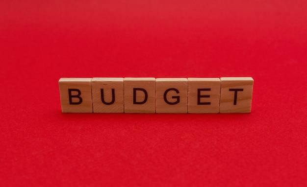 Die inschrift in holzbuchstaben das wort budget