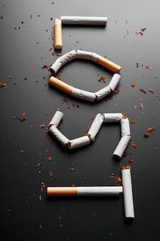 Die inschrift von zigaretten verloren. aufhören zu rauchen. das konzept des rauchens tötet. motivationsschild zur raucherentwöhnung, ungesunde gewohnheit.