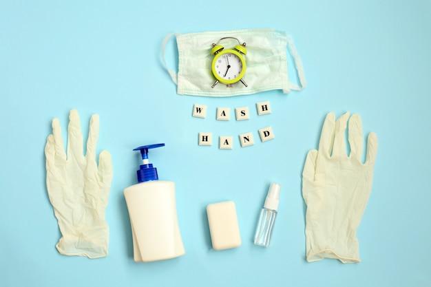 Die inschrift wash hands antiseptikum, seife, alarm uhr medizinische maske