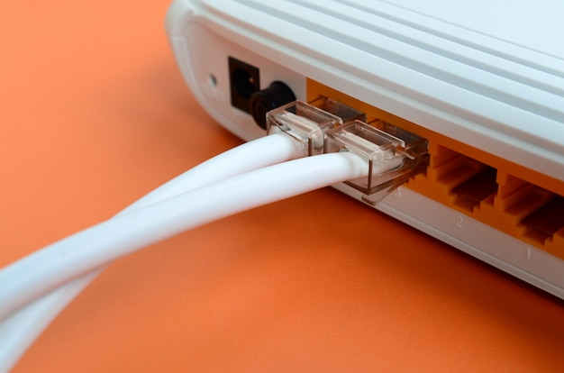 Die internet-kabelstecker sind mit dem internet-router verbunden
