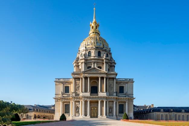 Die invaliden sind ein architektonischer komplex in paris, in der nähe der ecole militaire. es war eine königliche residenz für pensionierte französische soldaten und beherbergt die sterblichen überreste des kaisers napoleon.