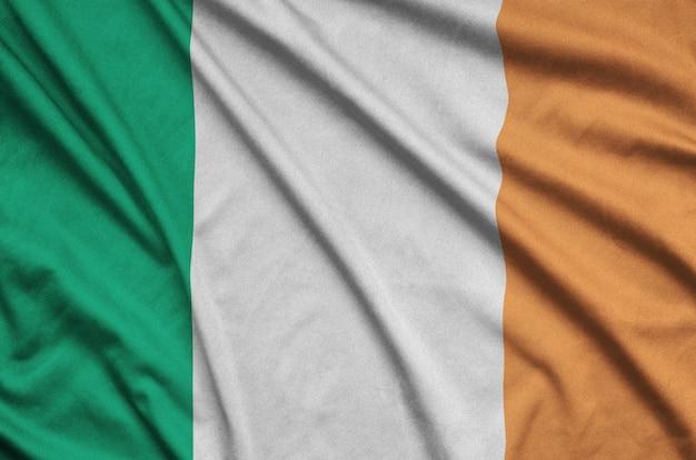 Die irland-flagge ist auf einem sportstoff mit vielen falten abgebildet.