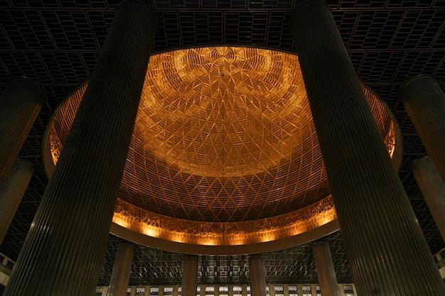 Die istiqlal-moschee ist die größte moschee in südostasien.