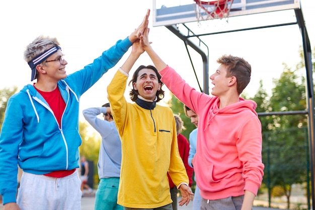 Die junge basketballmannschaft gibt sich gegenseitig high five
