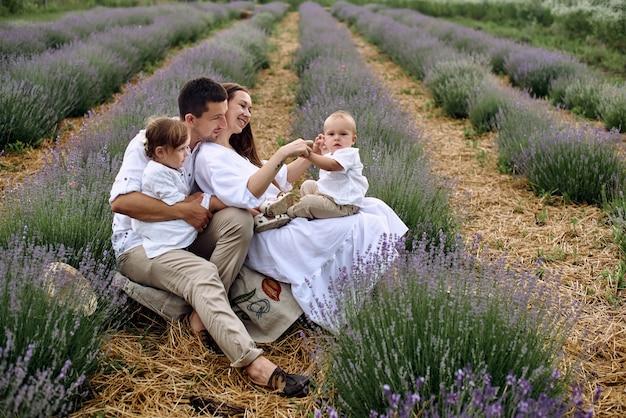 Die junge familie kam zum lavendelfeld, um sich vom stadtlärm zu erholen.