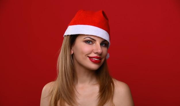 Die junge frau in einer weihnachtsmütze lächelt.