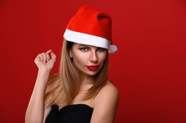 Die junge frau in einer weihnachtsmütze.