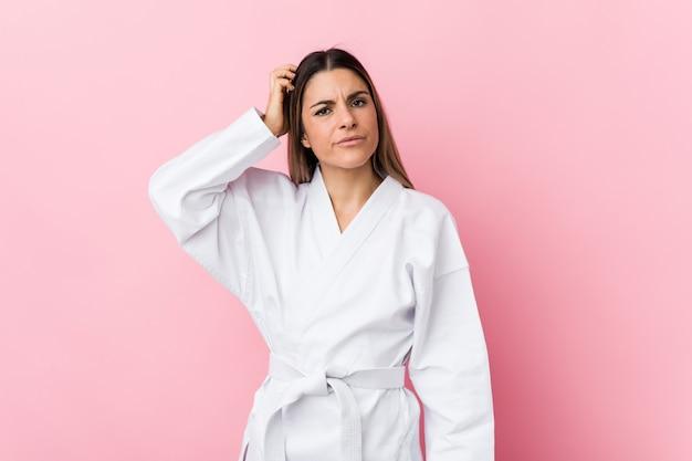 Die junge karatefrau, die entsetzt ist, hat sich an wichtiges treffen erinnert.