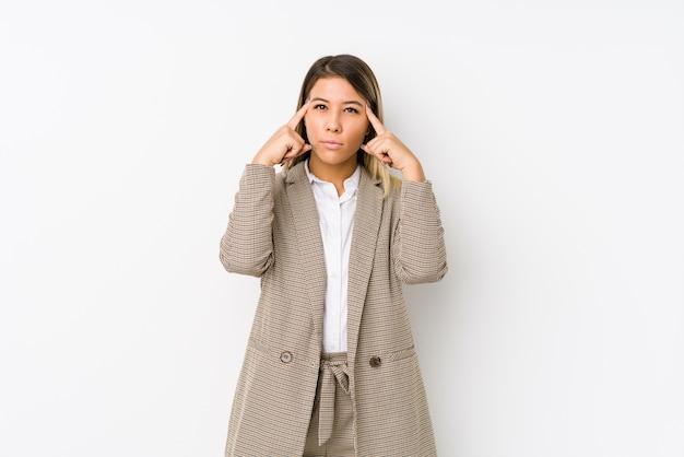 Die junge kaukasische lokalisierte geschäftsfrau konzentrierte sich auf eine aufgabe und hielt die zeigefinger, die kopf zeigen.