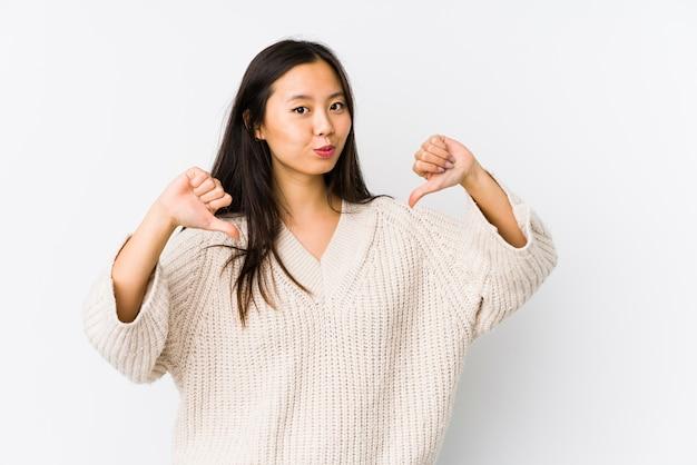 Die junge lokalisierte chinesische frau fühlt sich stolz und selbstbewusst, beispiel zu folgen.