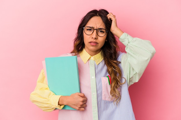 Die junge mexikanische studentin isoliert auf rosafarbenem hintergrund ist schockiert und hat sich an ein wichtiges treffen erinnert.