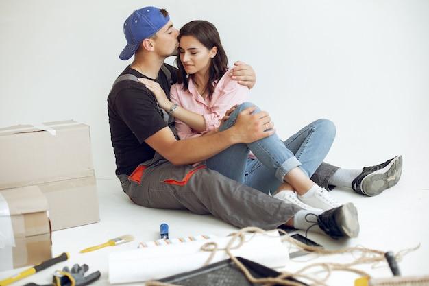 Die junge und süße familie repariert den raum