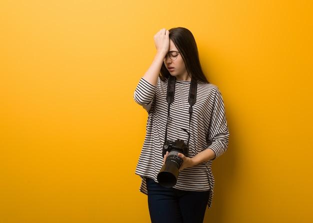 Die junge vergessliche fotograffrau, verwirklichen etwas