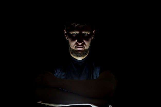Die jungs stehen auf einem dunklen hintergrund mit einem isolierten licht