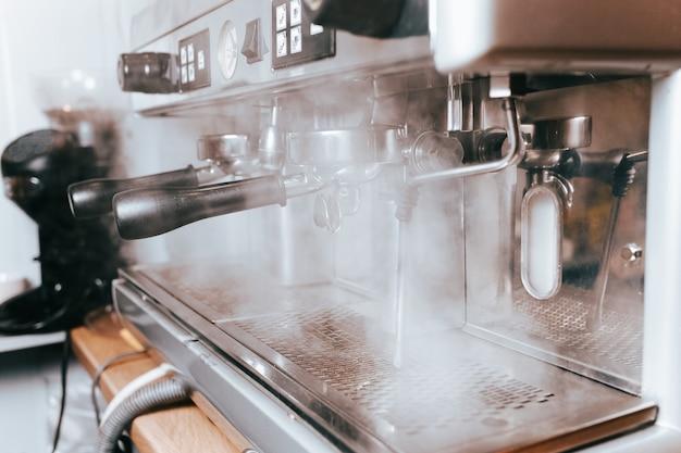 Die kaffeemaschine dampft beim zubereiten von kaffee