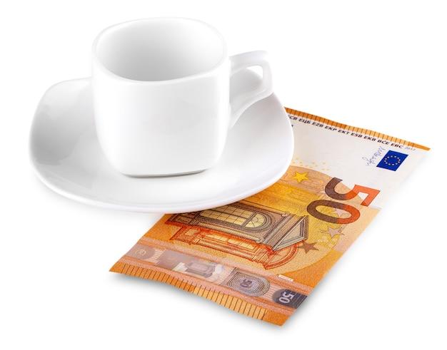 Die kaffeetasse und 50 euro auf weiß