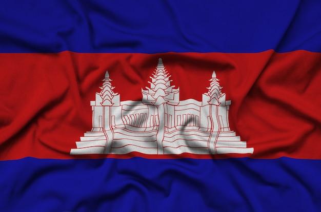 Die kambodschanische flagge ist auf einem sportstoff mit vielen falten abgebildet.