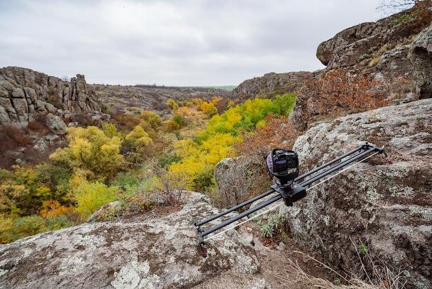 Die kamera auf dem slider macht aufnahmen von wunderschönen hügeln, die mit herbstbäumen in den karpaten bedeckt sind