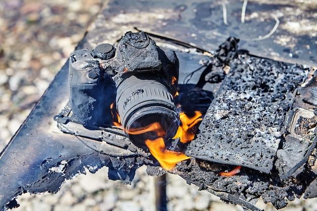 Die kamera schmolz und brannte während eines brandes im lager für wandertouristen, der durch einen waldbrand verursacht wurde.