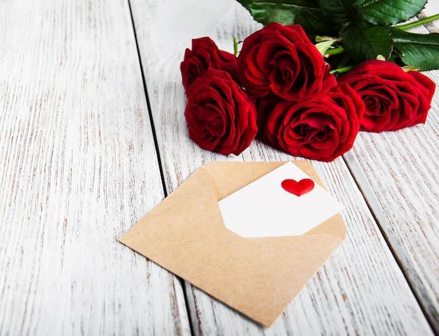 Die karte des valentinsgrußes ein rosenblumenstrauß
