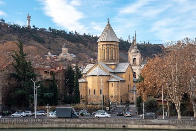 Die kathedrale der dormitio von sioni ist eine georgisch-orthodoxe kathedrale in tiflis