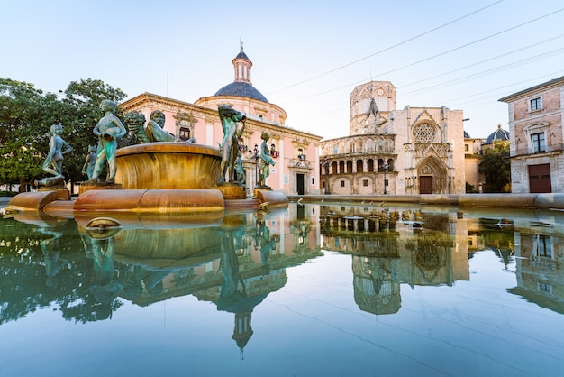 Die kathedrale von valencia spiegelte sich auf stillem wasser wider. plaza de la virgen. wahrzeichen.