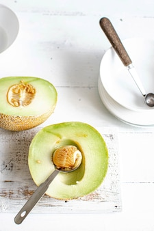 Die kerne und das fruchtfleisch einer melone ausschöpfen