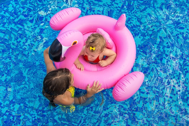 Die kinder der schwester schwimmen im pool. selektiver fokus. kind.