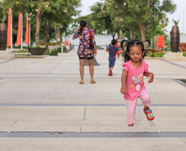Die kinder rannten zum spaß, während ihre mütter sie während eines familienurlaubs in einem strandhotel beobachteten.