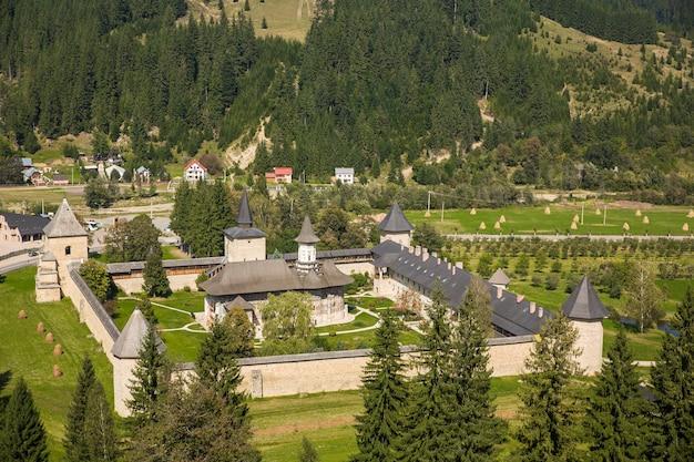 Die kirche aus dem sucevita-kloster in der bukowina rumänien