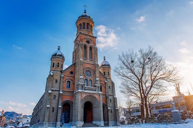 Die kirche im dorf jeonju hanok im winter, südkorea