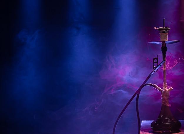Die klassische wasserpfeife mit farbigen licht- und rauchstrahlen.