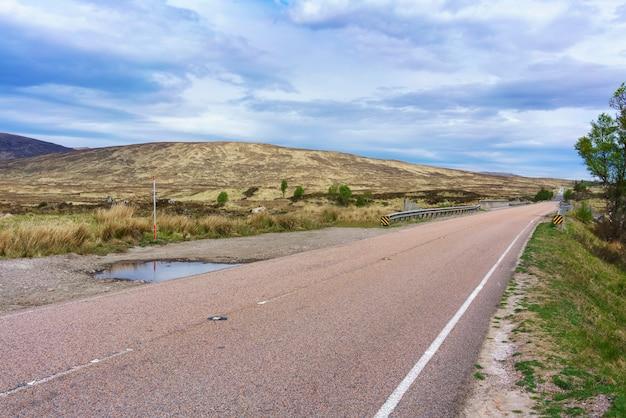 Die klassischen highland-reisen auf der hauptstraße in schottland führen von glasgow durch glen coe