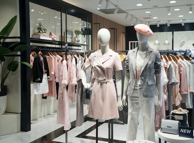Die kleidung der modefrauen in den einkaufszentrumfenstern