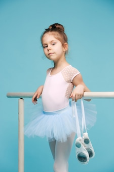 Die kleine balerina-tänzerin auf blau