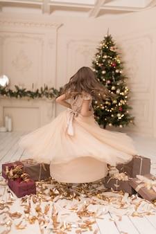 Die kleine prinzessin genießt die zeit der weihnachtsferien