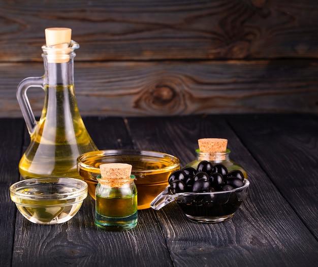 Die kleine schüssel und flasche mit olivenöl