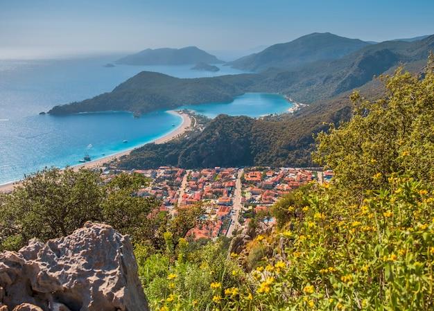 Die kleine stadt ölüdeniz und die blaue lagune von den höhen der berge und dem lykischen weg in der türkei