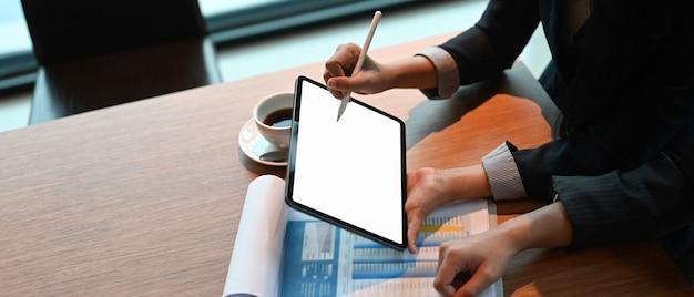 Die kollegen treffen sich mit einem digitalen tablet, einem leeren bildschirm zur präsentation