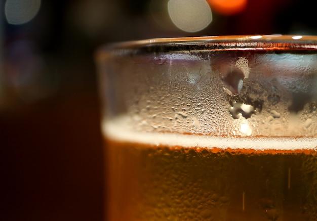 Die kondensation auf dem glas gekühltes helles bier mit selektivem fokus geschlossen