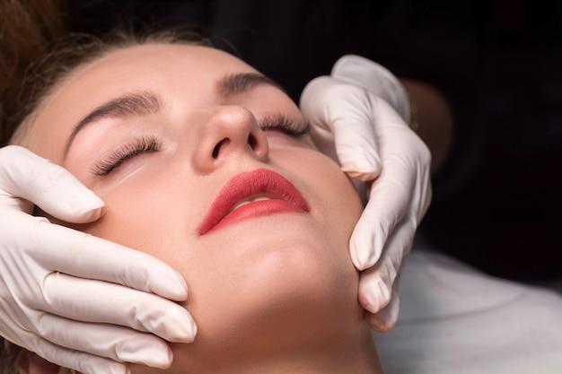 Die kosmetikerin führt eine gesichtsreinigung durch.