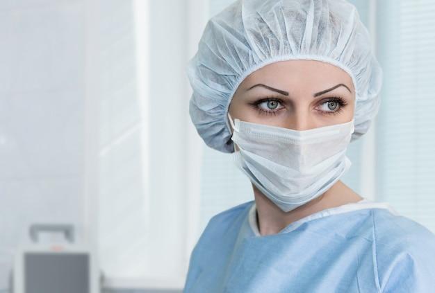 Die krankenschwester schaut in der krankenstation zur seite.