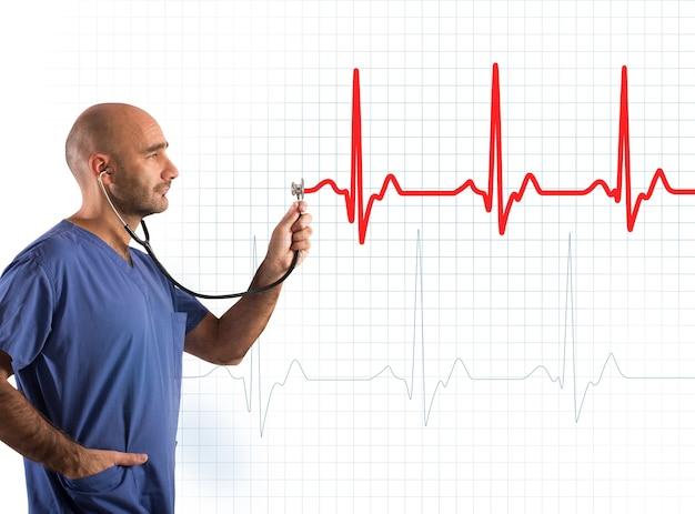 Die krankenschwester unterstützt ein stethoskop in einem diagramm