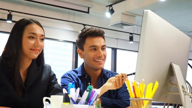 Die kreativen geschäftsleute, die herein arbeiten, beginnen oben büro, modernes kreatives und designarbeitskraftkonzept, gruppe asiatische und multiethnische geschäftsleute mit zufälliger klagenunterhaltung und -brainstorming