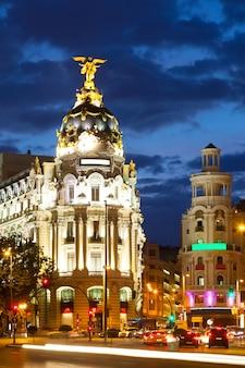 Die kreuzung calle de alcala und gran via in der nacht